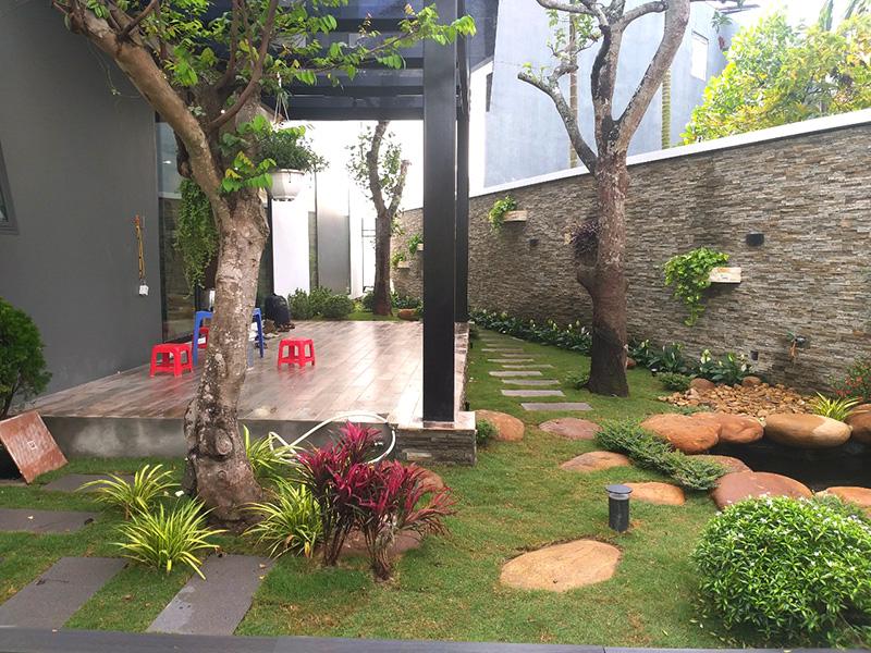 khoảng sân vườn phái sau nhà mang tới không gian sống tươi mới cho căn nhà