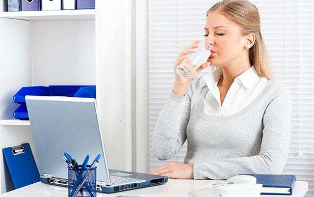 Uống nước đầy đủ khi ngồi trong phòng điều hòa