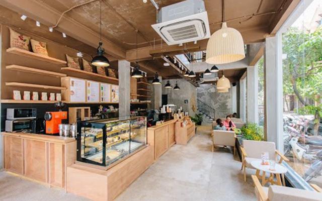 Không gian rộng rãi, thoáng mát của quán cafe.
